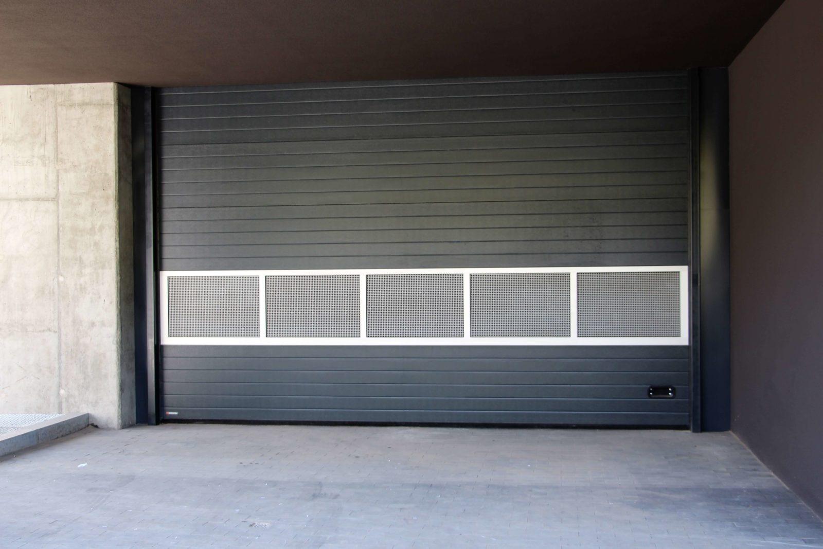 Rolowana brama wjazdowa na parking podziemny