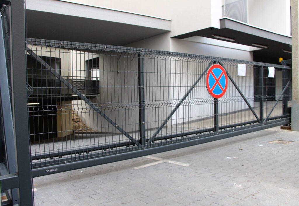 Przesuwna brama z automatycznym napędem