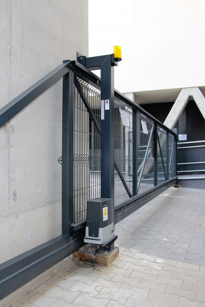 Przesuwna brama wjazdowa z napędem automatycznym