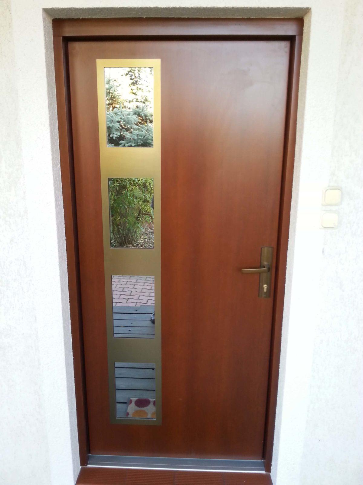Drzwi zewnętrzne z przeszkleniem reflex
