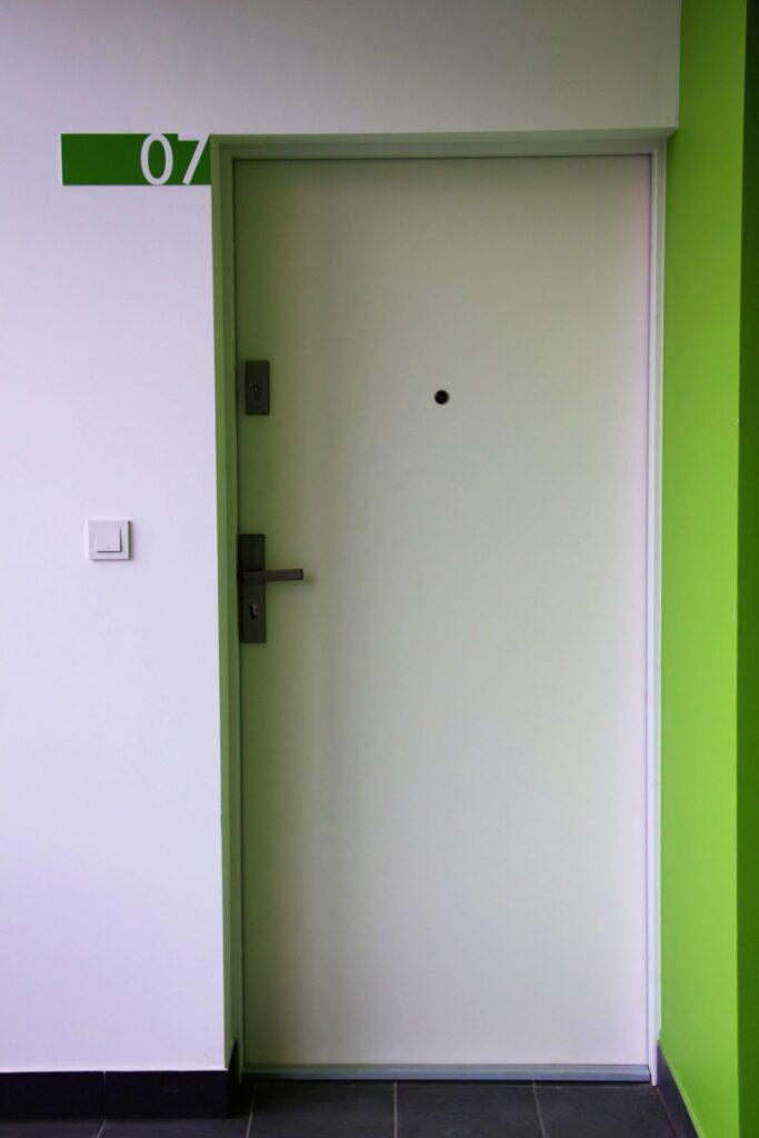 Drzwi do mieszkania w bloku