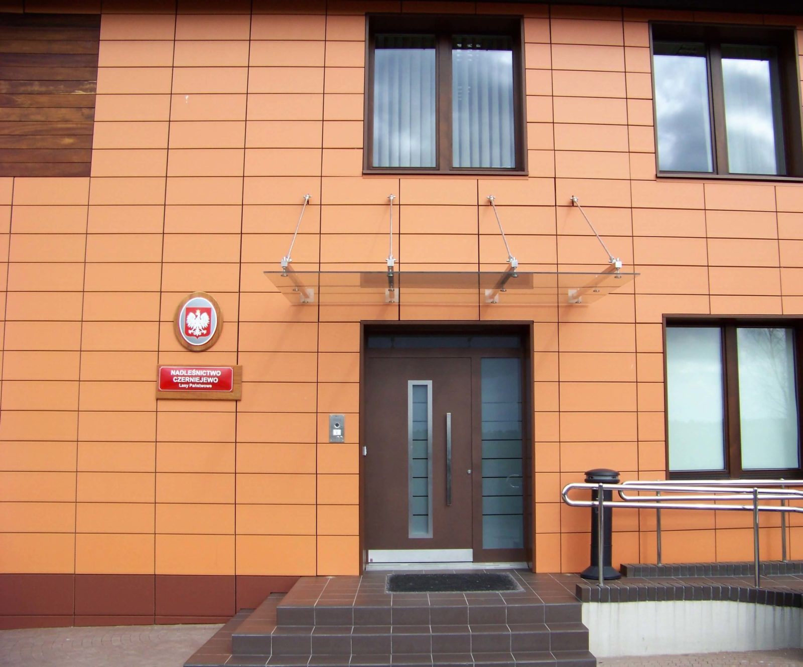 Drzwi zewnętrzne do budynku użyteczności publicznej